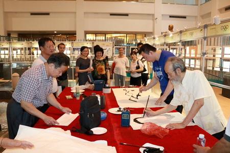 如著名书画家洪志标教授创作的金砖国家领导人的肖像剪纸,他以艺术图片